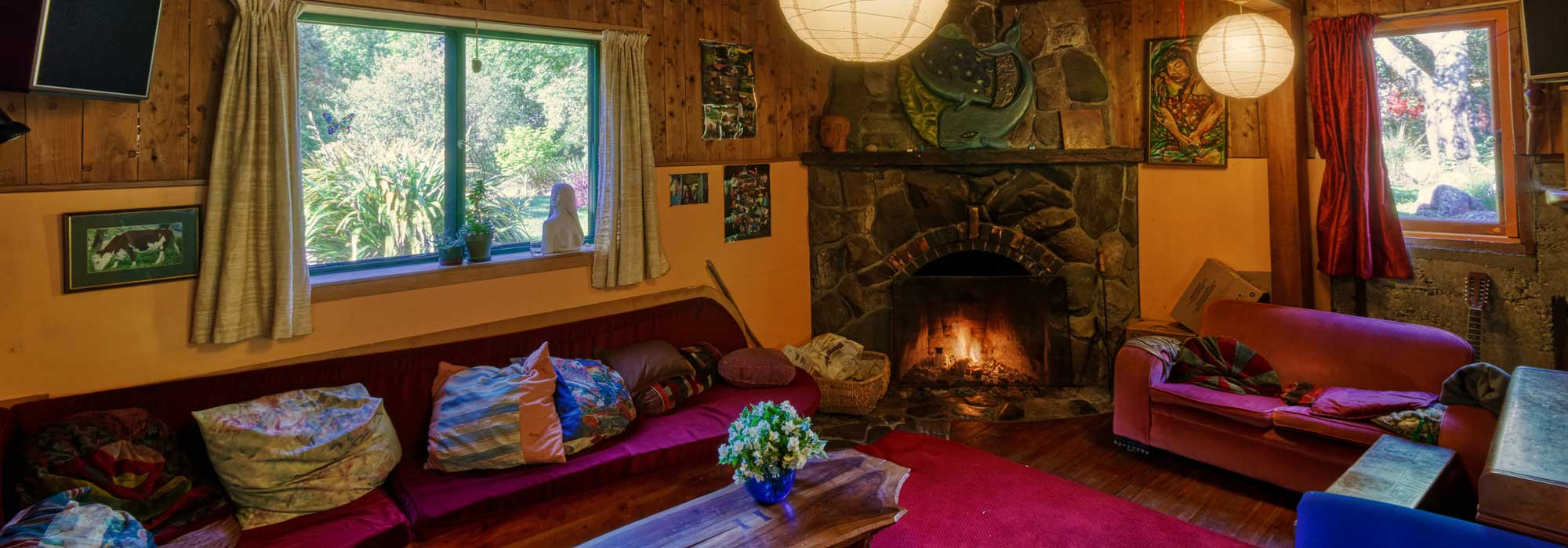 Rainbow Community Backpackers, Golden Bay, enjoy the open fire while sitting in the lounge